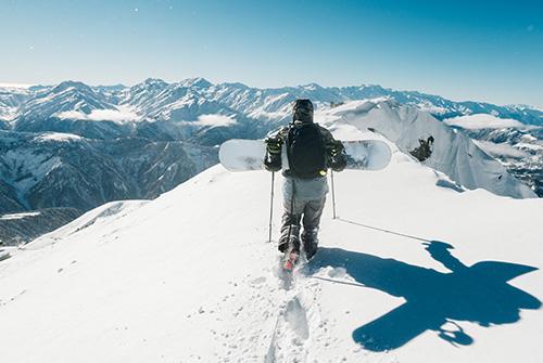 Snowboarder en haut d'une montagne
