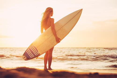 Surfeuse sur une plage